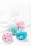 复活节构成用在白色背景的五颜六色的鸡蛋与 库存照片