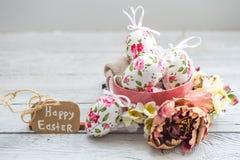 复活节构成用在碗的鸡蛋 免版税库存图片