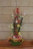 复活节构成用鸡蛋、花和枝杈在桌上 免版税库存图片