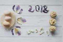 复活节构成用鸡蛋和花的干紫罗兰色瓣 题字2017年 免版税库存图片