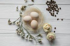 复活节构成用鸡蛋和花的干紫罗兰色瓣 免版税库存照片