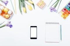 复活节构成:花,巧妙的电话,被绘的鸡蛋, watercol 免版税库存照片