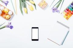 复活节构成:花,手机,被绘的鸡蛋, waterco 库存照片