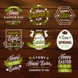 复活节标签和徽章在木背景 免版税库存图片