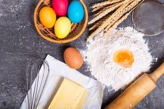 复活节烹调:面粉、黄油和五颜六色的鸡蛋 免版税库存照片