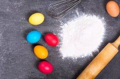 复活节烹调:面粉和五颜六色的鸡蛋 免版税库存照片