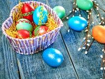 复活节猫杨柳和复活节彩蛋在地道背景 看板卡愉快的复活节 库存照片