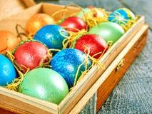 复活节猫杨柳和复活节彩蛋在地道背景 看板卡愉快的复活节 图库摄影