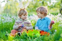 复活节的两个小孩男孩在鸡蛋期间寻找 免版税库存照片