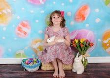 复活节的美丽的女孩与她的兔宝宝 免版税库存照片
