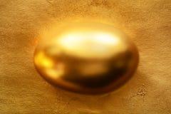 复活节的金黄鸡蛋 免版税库存图片