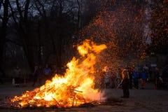复活节篝火在赫尔辛基,芬兰 免版税库存图片