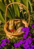 复活节篮子、兔宝宝、鸡蛋和花 免版税库存图片