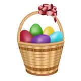 复活节篮子用五颜六色的鸡蛋 免版税库存图片