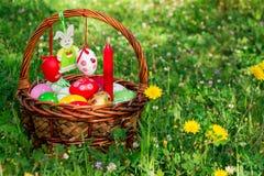 复活节篮子,毛毡兔宝宝,空的空间 库存照片