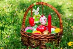 复活节篮子,毛毡兔宝宝,空的空间 免版税库存图片