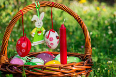复活节篮子,蜡烛,毛毡兔宝宝 免版税图库摄影