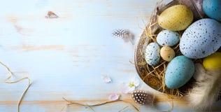 复活节背景用复活节彩蛋和春天开花 顶视图 免版税图库摄影