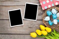 复活节背景用空白的照片框架,蓝色和白鸡蛋, 免版税库存图片