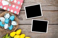 复活节背景用空白的照片框架,蓝色和白鸡蛋, 库存图片
