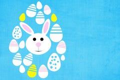 复活节背景用色的鸡蛋和兔子 免版税库存图片