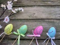 复活节背景用鸡蛋和花 免版税图库摄影