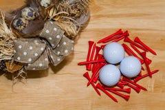 复活节花圈和高尔夫球在木桌上 库存图片