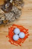 复活节花圈和高尔夫球在木桌上 库存照片