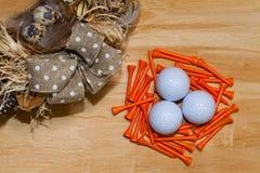 复活节花圈和高尔夫球在木桌上 免版税库存照片