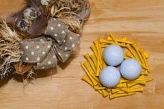 复活节花圈和高尔夫球在木桌上 免版税库存图片