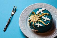 复活节蓝色蛋糕、黄色太阳和白色鸠在白色板材有叉子的 背景看板卡祝贺邀请 库存照片
