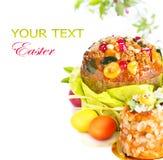复活节蛋糕和五颜六色的被绘的鸡蛋 免版税库存图片