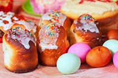 复活节蛋糕和鸡蛋 图库摄影