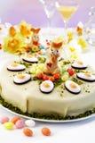 复活节蛋糕,与开心果,复活节兔子小雕象和方旦糖的小杏仁饼蛋糕 库存图片