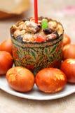 复活节蛋糕,被绘的鸡蛋 库存图片