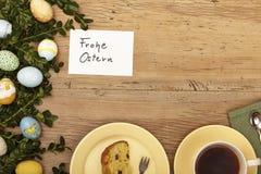 复活节装饰、卡片、复活节快乐、蛋糕和咖啡杯 图库摄影