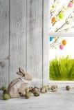 复活节装饰、木复活节兔子和鹌鹑蛋 库存照片