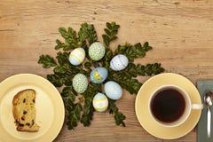 复活节装饰、板材有蛋糕的和咖啡杯 库存照片