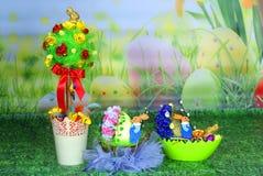 复活节装饰品:复活节彩蛋和树篮子  免版税库存照片