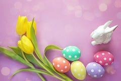 复活节装饰用复活节彩蛋、兔子和黄色郁金香 pl 库存图片