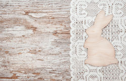 复活节装饰用木兔子和布料 免版税图库摄影