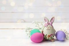 复活节装饰用滑稽的兔子、复活节彩蛋和花 免版税库存照片