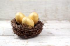 复活节装饰 在巢的鸡蛋在木头 免版税库存图片