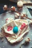复活节装饰-在织品餐巾的木鸡蛋 免版税库存照片
