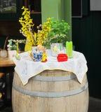复活节设置:兔宝宝、鸡蛋、蜡烛和植物花瓶的 免版税库存图片