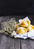 复活节酥皮点心-卷,花,反对黑暗的背景的鸡蛋 免版税库存照片