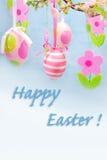 复活节问候用停止的鸡蛋和毛毡花 免版税库存图片