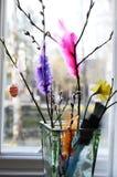 复活节静物画、杨柳分支和羽毛在花瓶 库存图片