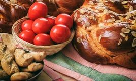 复活节面包和鸡蛋在桌上 免版税库存照片