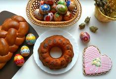 复活节食物甜点和鸡蛋在篮子 免版税图库摄影